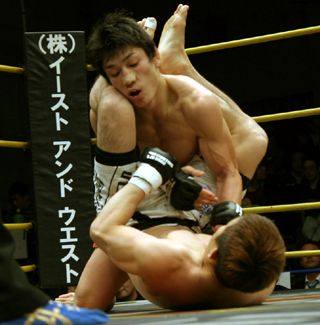 試合後、マイクを持ったDJ.taikiは「何っすっか? チャンピオンの... GBR&g