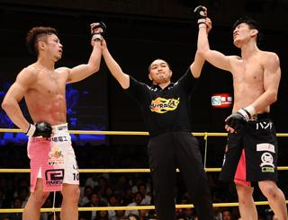 DJ.taikiは首相撲からヒザ蹴りを狙い、釜谷はフロントチョークを仕... eFight 【イ