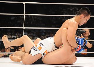 ハーフガードでDJ.taikiを押さえ込み、コツコツとパンチを落とす石... 【Fight &a